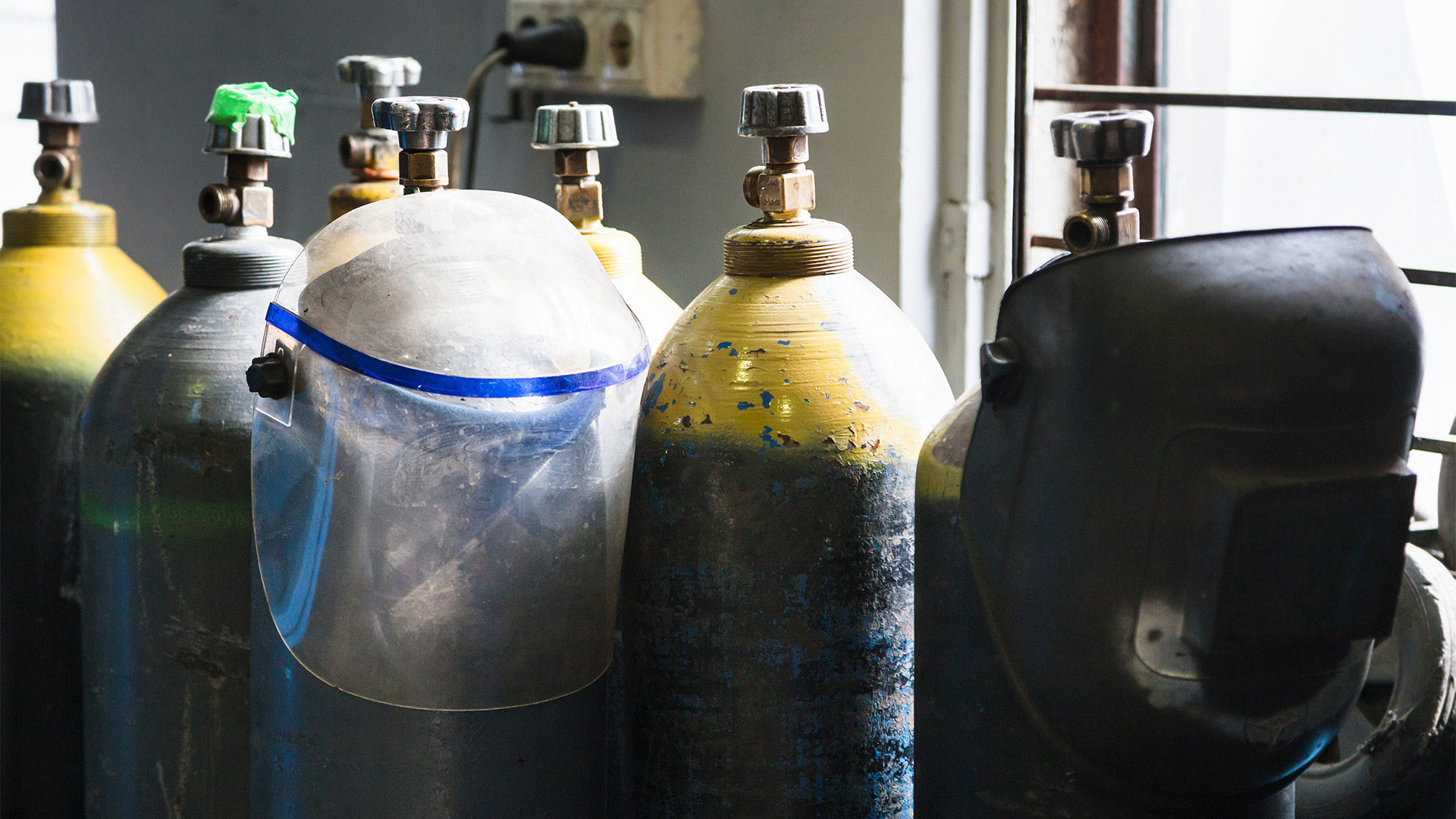 Gas cylinders and protection mask in workshop PSU8 Z9 F copia